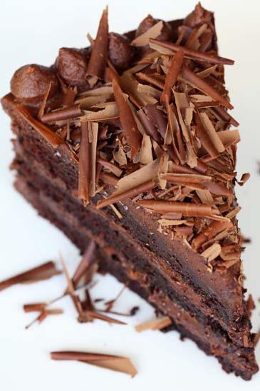 كعكة مثلجة بألواح الشوكولا